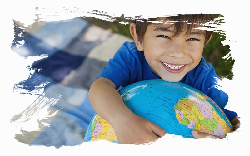 Photo garçon enlacant un globe terreste avec un effet de peinture